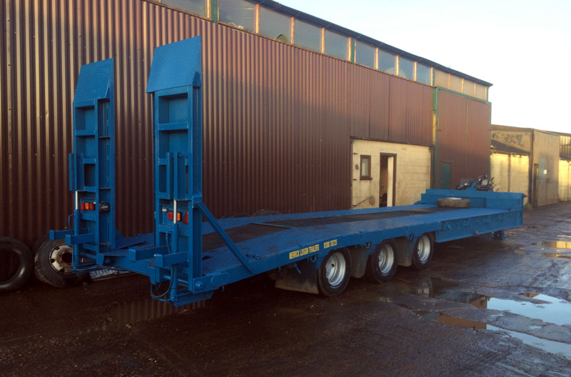 Low loader trailer with ramp up